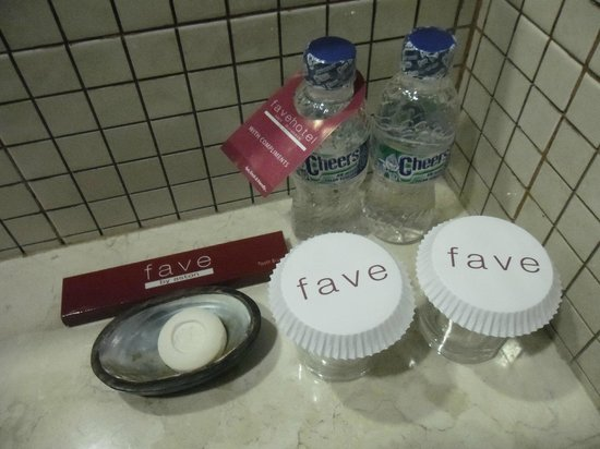 فافيهوتل ميكس سورابايا: Free bottled water drinking each day