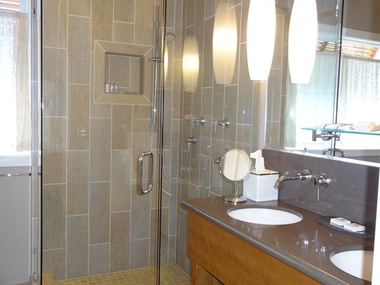 Placerville, Kalifornien:                   Bathroom w/ wonderful shower in Madrone