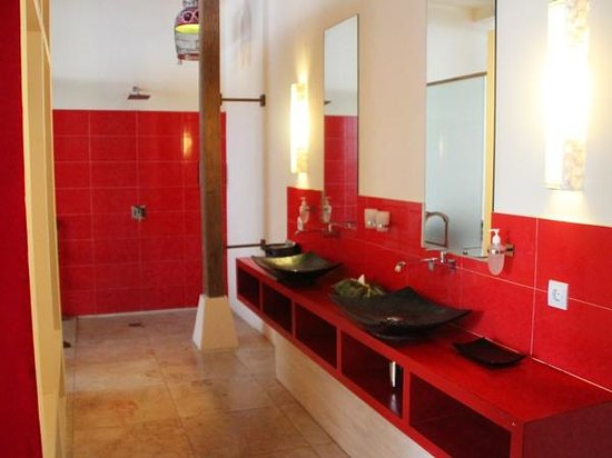 Bali Ginger Suites - Poolside Super Deluxe: Shikumen Suite has spacious bathroom with 2 hand basins & large shower.