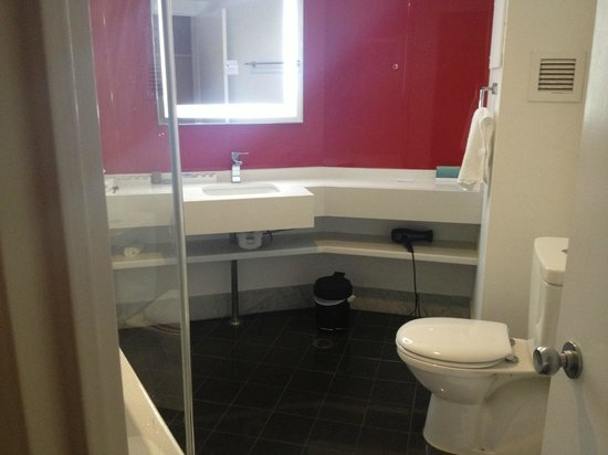 Novotel Sydney Parramatta:                   Nice clean large Bathroom.