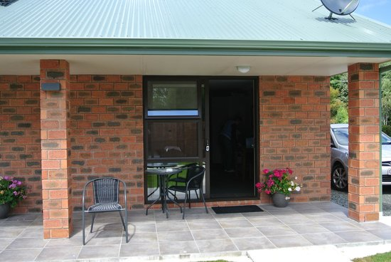 Invercargill TOP 10 Holiday Park:                   Our patio at Invercargill