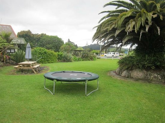 Bay of Islands Country Lodge Motel: Trampoline and BBQ Area