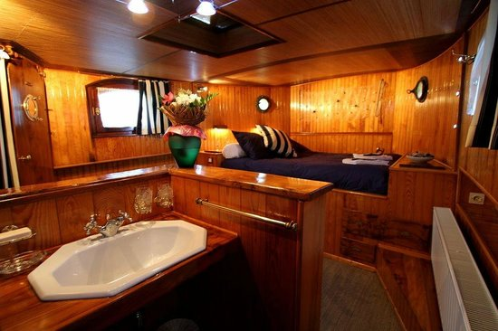 Peniche d'hotes Helios : Cabine du Capitaine (www.chambresdhotes-penichehelios.com)