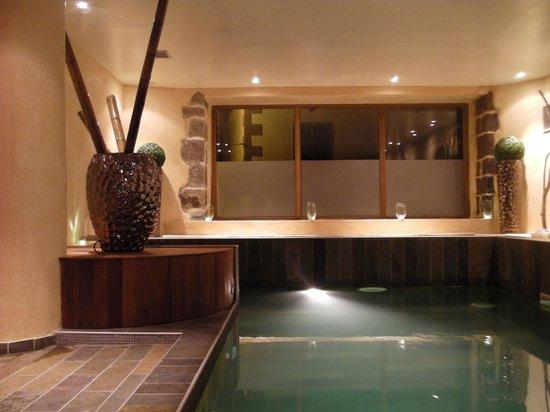 Hôtel Restaurant Mendi Alde : la piscine le soir