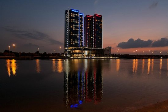 Novotel Abu Dhabi Gate: Hotel at SunSet