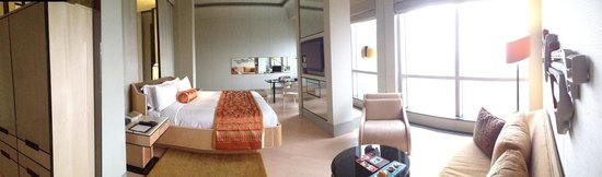 Keraton at The Plaza, a Luxury Collection Hotel: Panoramic view of the room