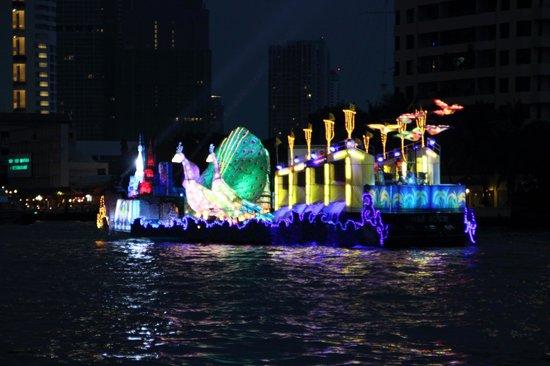 Loy La Long Hotel:                                     Loy Krathong - Lichterfest