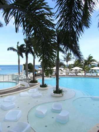 Moevenpick Hotel Mactan Island Cebu: Swimming Pool and kids pool