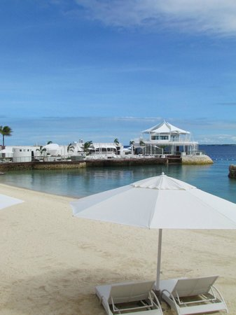 Mövenpick Hotel Mactan Island Cebu: Beach and Ibiza Beach Club