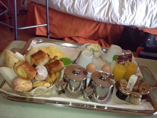 Dolce Fregate Provence: Le plateau petit-déjeuner : manque de déco et pitié du sel avec les oeufs !