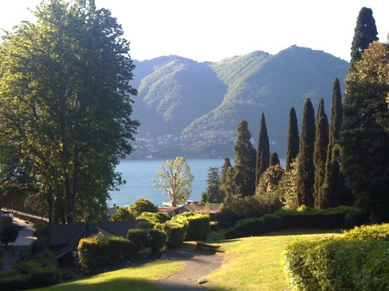 Cernobbio, Italia: Walking on the Grounds