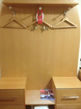 Holiday Inn Birmingham North - Cannock:                   Wardrobe & Draws With Complimentary Magazines And Safe Deposit Box