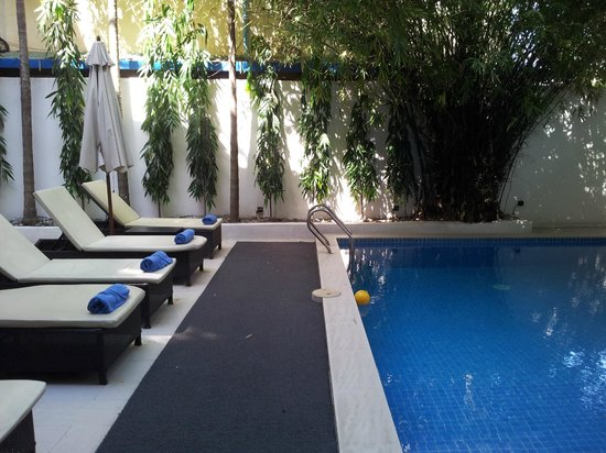 โรงแรมไนน์:                   Small pool but lovely after a hot day's sight seeing. Very shady though.