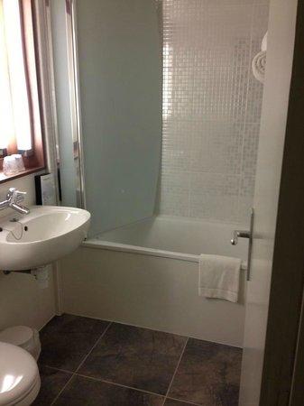 Campanile Marne la Vallée Torcy :                                     Salle de bain