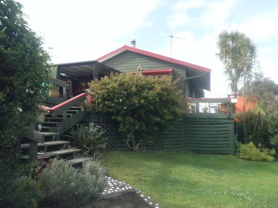 Moanarua Beach Cottage B&B:                   Garden and house