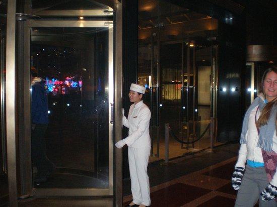 โรงแรมเดอะเพนนินซูล่า ปักกิ่ง:                   Front door attendant