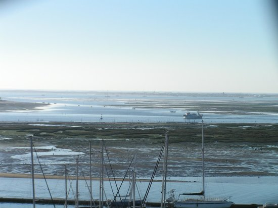 Real Marina Hotel & Spa: Looking directly out from our balcony - boats, birds and twice changing tides!
