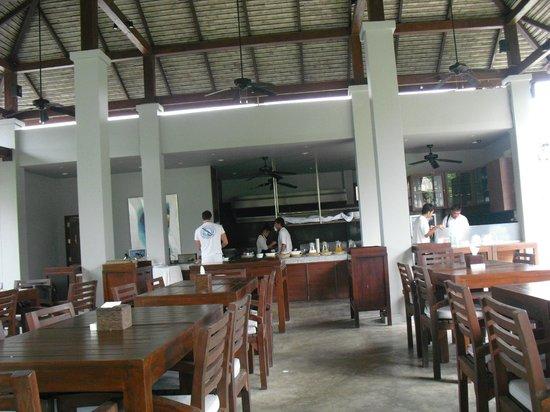 Quarter Hotel: Relaxing Breakfast Environment