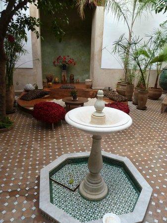 Riad Rafaele:                   La fontaine et le bassin(couvert) du Patio