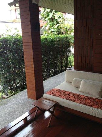 Tri-Shawa Resort:                   テラス。他の宿泊客やスタッフが通るので落ち着かない。