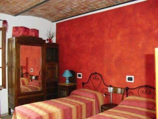 B&B Bricco del Gallo: camera rossa attrezzata per disabili