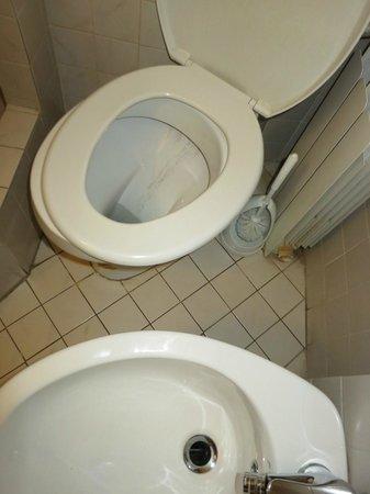 Eurpergola :                   Per rimettere a nuovo questo bagno bisognerebbe rifare tutto!