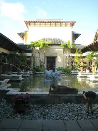 Loews Royal Pacific Resort at Universal Orlando:                   Orchid Court Garden at the center of RPR