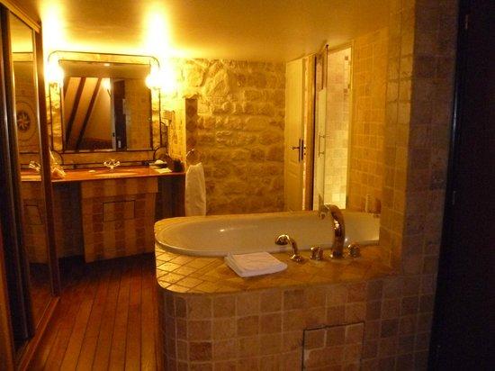 Hotel Europe Saint Severin:                   Il bagno con la vasca idromassaggio e la doccia