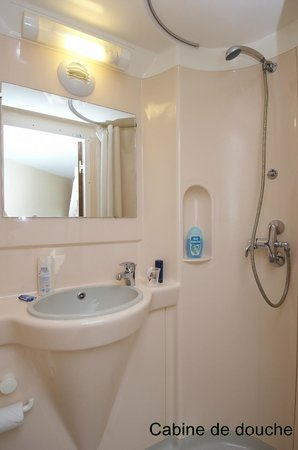 Fasthotel Perpignan: Cabine Salle de bains