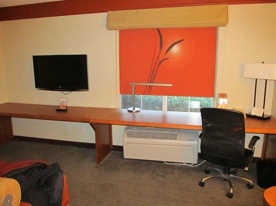 "La Quinta Inn & Suites Raleigh Crabtree: Desk area-Has that ""Star Trek"" look"