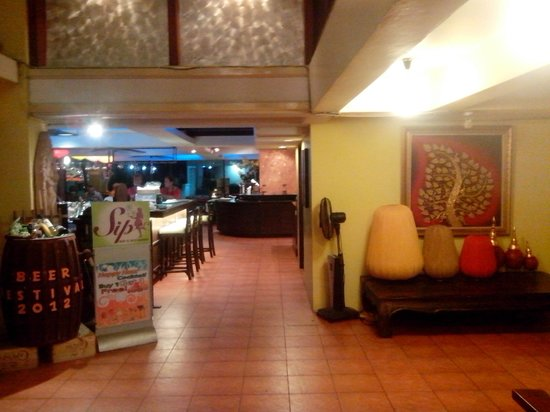 Woraburi Sukhumvit Hotel and Resort: view to bar and dining area
