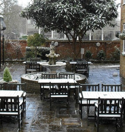Cotswold Lodge Hotel: Winter Courtyard