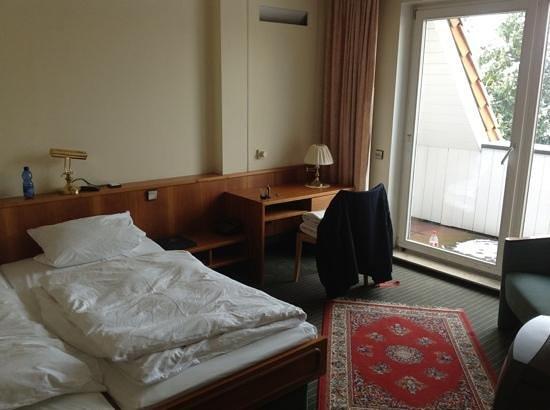 Hotel Braunschweiger Hof:                   Doppelbett und Balkon