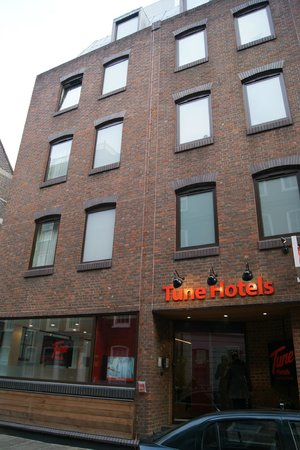 Tune Hotel - London, Liverpool Street:                   Hotel building