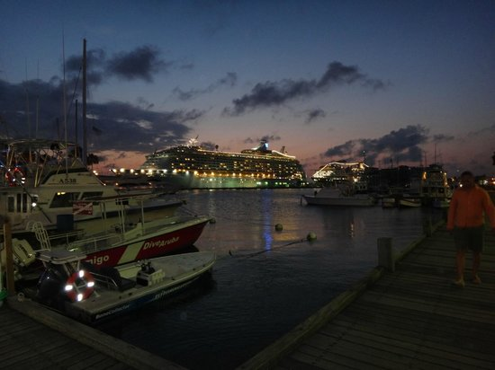 Renaissance Aruba Resort & Casino:                   vista nocturna en muelle del hotel