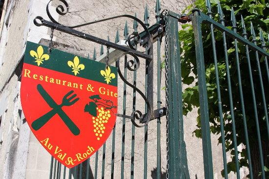 Restaurant Au Val Saint Roch : Notre écusson situé à l'entrée de la grille