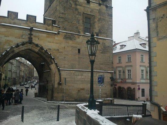 Hotel Pod Vezi:                                     Le Pont Charles et l'hôtel juste derrière                 