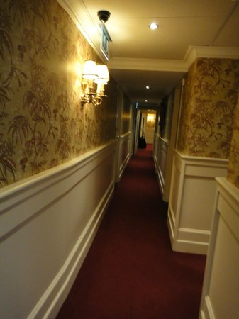 โรงแรมเอสเธเรีย:                   the hallway