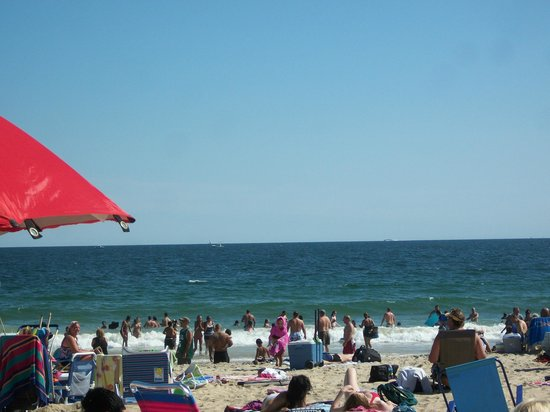 Misquamicut State Beach:                   Noon time crowd