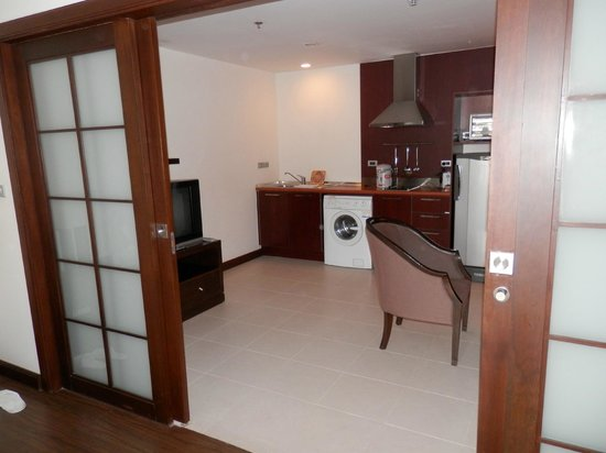 Grand Mercure Bangkok Asoke Residence:                   Kitchenette/living