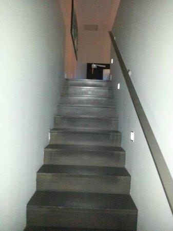 W Montreal:                   l'escalier pour se rendre du salon à la chambre