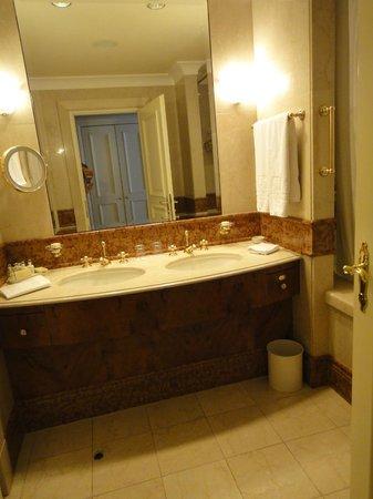 Grand Hotel Wien:                   big bathroom