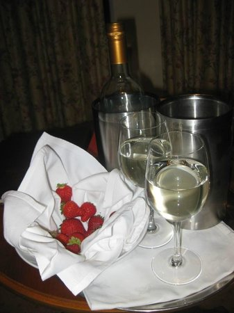 ‪‪Loch Lein Country House‬: Complimentary Wine and Strawberries‬