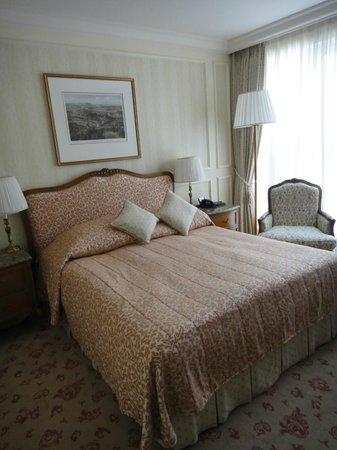 โรงแรมแกรนด์ วีน:                   our bed. the room is beautiful