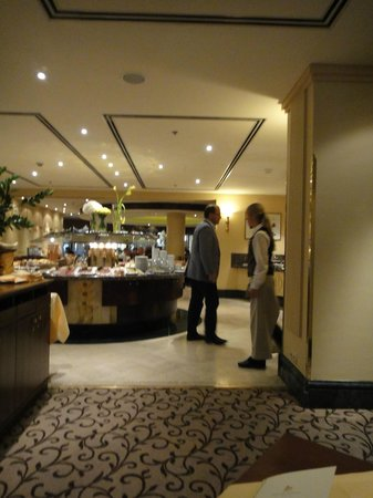 Grand Hotel Wien:                   the restaurant, breakfast