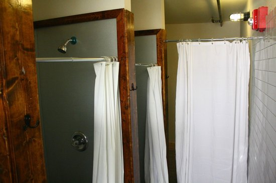 Firehouse Hostel and Lounge: Mens Showers 3rd floor