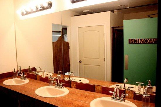 Firehouse Hostel and Lounge: Girls Restroom 3rd floor