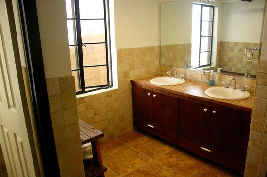 Firehouse Hostel and Lounge: Penthouse Suite bathroom