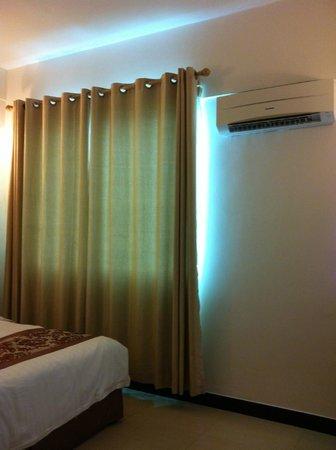 My Inn Hotel Lahad Datu: Ac & curtain