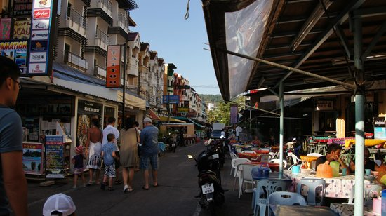 Karon Sunshine Guesthouse, Bar & Restaurant:                   улица, на которой расположен гестхауз